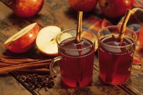 280197-apple-cider-with-cinnamon-sticks